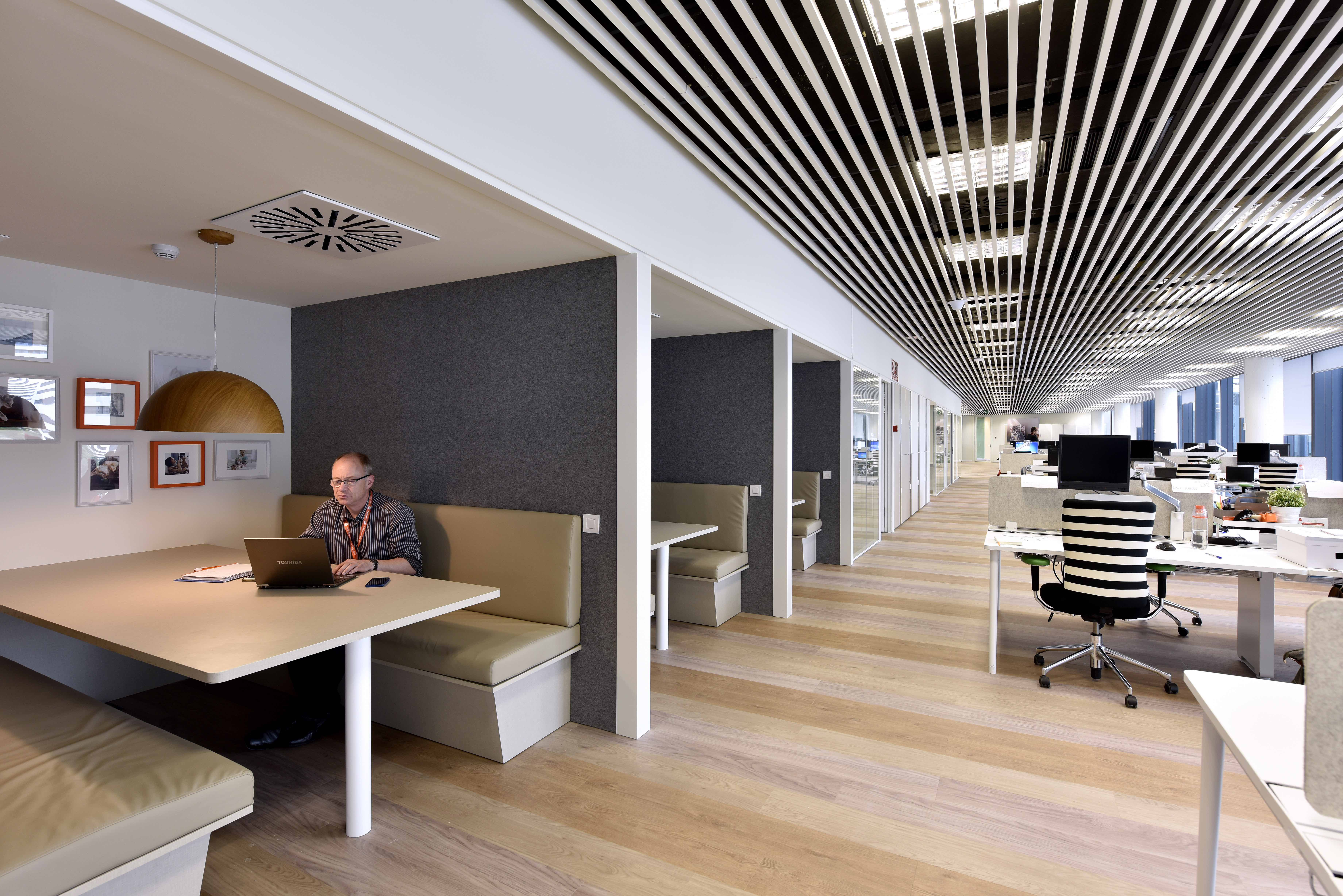 Espacios abiertos de reunión en oficinas affinity